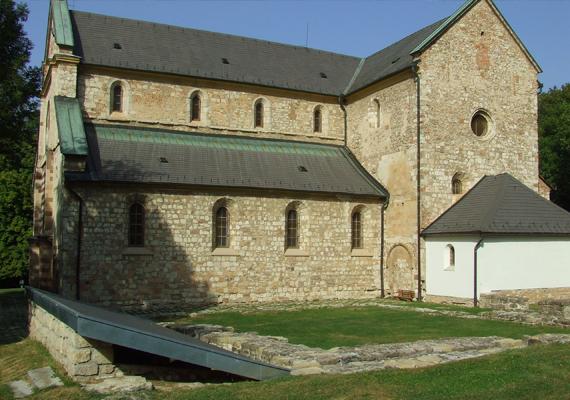A Bél-kő lábánál különleges, késő román stílusú ciszterci templom található, mely 1232-ben épült. A bélapátfalvai monostor, ami a templom mellett állt, már korábban megépült.