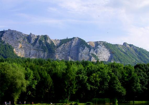 Már távolról nézve is gyönyörű a Bél-kő, vonulata festői látványt nyújt.