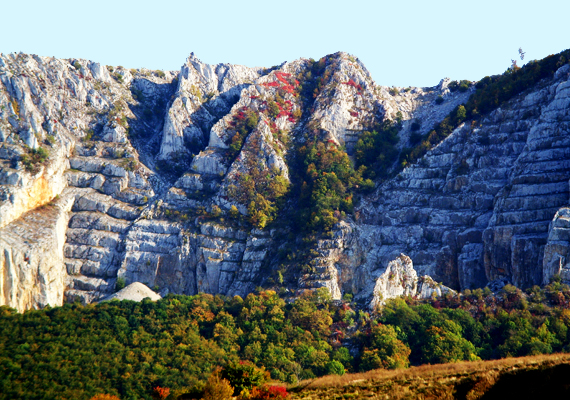 Közelebbről szemügyre véve láthatók a redők a hegy oldalán, melyeket a bányászat hagyott maga után.