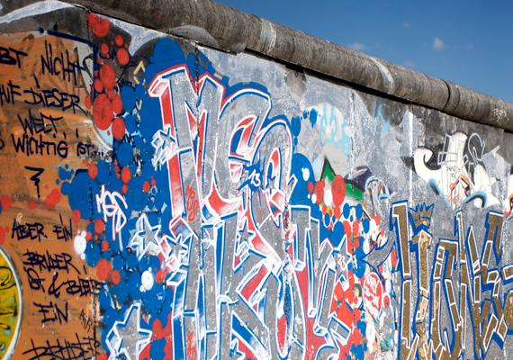 Számos részét graffitik borítják.