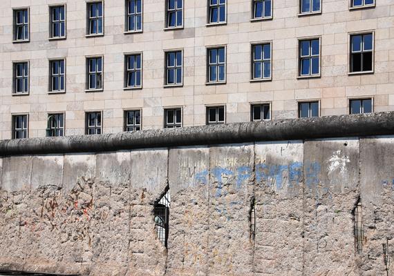 A nyomasztó hangulatot a fal eredeti formában meghagyott szakaszai máig őrzik.