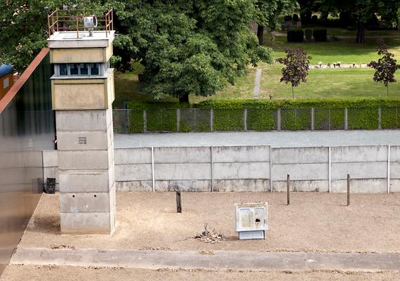 A fal az egyik legszigorúbban őrzött határ volt a történelem során, melynek mentén tűzparancs volt érvényben. 1989-ig 125 menekülési kísérlet végződött halállal.