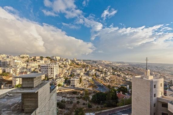 A Biblia tanúsága szerint Jézus Dávid király leszármazottjaként, Betlehemben született meg. A várost ma megközelítőleg 27 ezren lakják. A ciszjordániai település gazdaságának fő ágazata pedig a turizmus: Jézus egykori születési helyére a világ számos pontjáról érkeznek zarándokok.