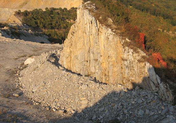 A Bükkben található Bélkő ma bizarr látványt nyújt: az egykori mészkőbányászat miatt - ami a cementgyártással függött össze - ma a becslések szerint hétmillió köbméter hiányzik a hegyből. A bányát 2003-ban zárták be hivatalosan, 2008-ban pedig védetté nyilvánították a hegy megmaradt sapkáját.