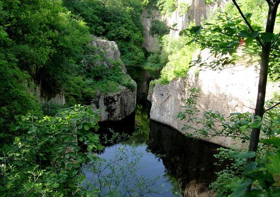 A népszerű kirándulóhelynek számító Megyer-hegyi tengerszem is egy bánya vízzel való feltöltődése révén jött létre: 1907-ig bányásztak itt alapanyagot a malomkövekhez. Kattints ide, és nézz meg még több képet a látványos helyről!
