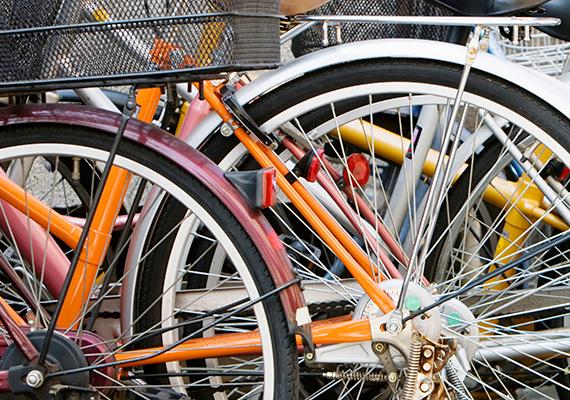 Ha a jó időben gyakrabban biciklizel, vagy épp kerékpártúrára indulsz, nagyon fontos ismerned a biciklisekre vonatkozó KRESZ-szabályokat, illetve azt, milyen felszereltségű kerékpárral indulhatsz el. Ellenkező esetben bírságot kaphatsz, emellett életedet is veszélyezteted. Kattints ide a részletesebb információkért!