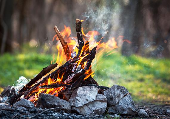 A természetben fontos betartani a tűzgyújtásra vonatkozó tilalmat is, ha épp életbe léptették, ha ugyanis azt valaki megszegi, amellett, hogy súlyos katasztrófát is okozhat, erdővédelmi bírságot kaphat - ennek összege 20 ezer forint -, ha pedig erdőtüzet is okoz, az összeg 100 ezer forintra emelkedik. Bővebb információt erről ide kattintva találsz.