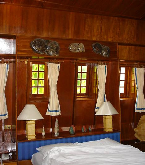 Imperial Boat House, KínaA thaiföldi Cheong Mon Beach-en létrehozott hotel tulajdonosai 34 autentikus kínai rizsszállító bárkát alakítottak át tengerre néző luxusszállássá. A komplexum így teljes mértékben olyan érzéssel tölti el a vendégeket, mintha épp partot értek volna egy egzotikus szigeten. A témához kapcsolódva a hotel úszómedencéje is hajót formál.