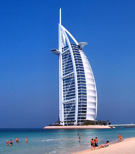 Burj Al-Arab, Egyesült Arab EmirátusokA dubai, vitorlát imitáló álomhotel világszerte az egyik leggazdagabb nyaralóhely, egyben a luxus szimbólumaként vált ismertté. A hotel hatalmas épülete ezer láb magasan emelkedik a tenger fölé, talapzatául pedig egy mesterséges sziget szolgál. A különleges helyet emellett a világ egyetlen hétcsillagos hoteljeként tartják nyilván.