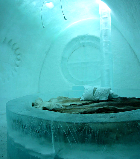 Ice Hotel, Svédország  Bár már több helyen is létesítettek jéghotelt, a világon a legnagyobb - és az eredeti - még mindig a svédországi. A minden évben újra felépített jéghotel az átlagosan mínusz 8°C-os hőmérséklet és a jégből faragott ágyak ellenére is igen népszerű, köszönhetően a thermo-hálózsákoknak, a friss levegőnek és a rendszeresen felszolgált lélekmelegítőknek.  Kapcsolódó cikk: Nyaralóhellyé alakítanák a lebegő cigányfalut »