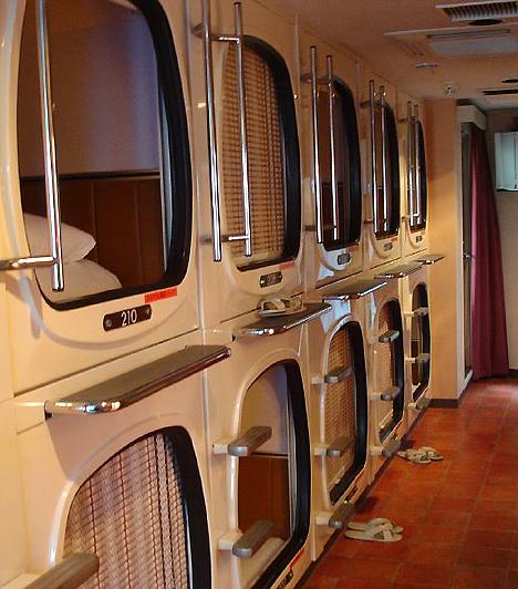 Capsule Inn, JapánAz egyik legismertebb kapszulahotel, a tokiói Capsule Inn futurisztikus világa a költséghatékonyság jegyében született meg. Bár a hotel rendelkezik közösségi térrel és fürdőszobával, lakói a televízióval és rádióval, valamint világítással és ébresztőórával felszerelt, műanyag kapszulákban töltik éjszakáikat.