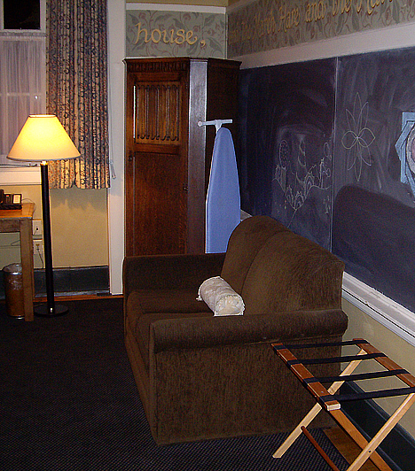 Kennedy School Hotel, USAAz amerikai Oregon államban található portlandi hotelt a történelmi hírű Kennedy Általános Iskola átalakításával hozták létre. A sajátos berendezési tárgyként funkcionáló táblákkal és padokkal berendezett szobák, valamint a hosszú folyosók a tantermek hangulatát idézik, ám nem annak szigorú, sokkal inkább bájos voltát kiemelve.