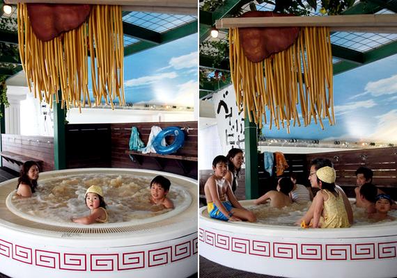 A japán Hakone különleges fürdőt tudhat magáénak: az úgynevezett tésztafürdőt imádják a helyiek és a turisták is - állítólag jót tesz a bőrnek és az anyagcserének is.