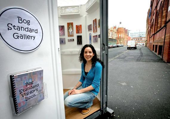 Az Egyesült Királyságban alapított Bog Standard Gallery 2007 óta járja a világot mobil toalettként, egyúttal utazó kiállításként.