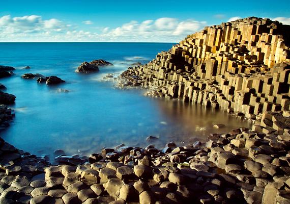 Az Észak-Írország partjainál található Giant's Causeway, vagyis az Óriás útja Európa egyik legkülönlegesebb természeti képződménye, mely a bolygó szeméhez hasonlóan szintén az egykori vulkáni működésnek köszönheti létét. Kattints ide, és tudj meg többet!