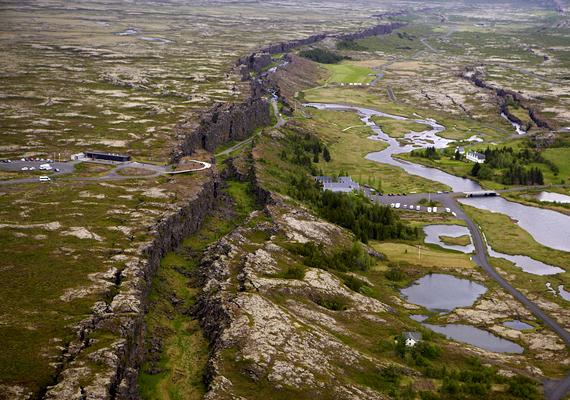 Az izlandi Pingvellír-mezőn tisztán kivehető az amerikai és európai kőzetlemezek távolodása miatt létrejött törésvonal. Bizonyos részein a turisták is sétálhatnak a meredek sziklafalak között. Kattints ide, és nézz meg róla még több képet!