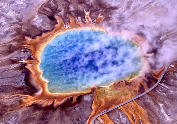 A Yellowstone Nemzeti Park szebbnél szebb, ugyanakkor furcsábbnál furcsább természeti képződményeket tudhat magáénak, ami nem is csoda, hiszen a területe alatt egy szupervulkán található. A képen egyik legkülönlegesebb nevezetessége, a Grand Prismatic Spring látható, melyet a park szemének is szoktak nevezni. Kattints ide, és nézz meg még több furcsaságot a parkban!