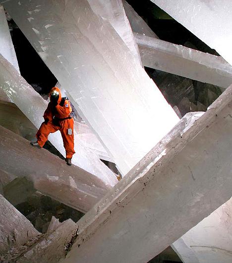 Kristálybarlang, MexikóA mexikói Naica bányarendszer legismertebb terme a 2000-ben felfedezett Cueva de los Cristales, mely az elzártságnak és az állandó nyomásnak köszönhetően tökéletes szerkezetű, lélegzetelállítóan hatalmas, közel 600 ezer éves kristályoknak ad otthont.
