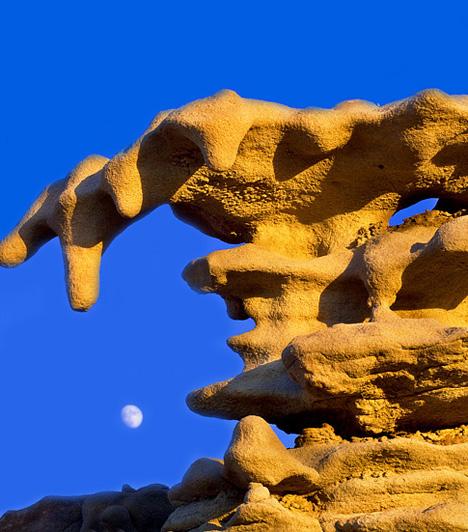 A Fantasy Canyon sziklái, USAAz Amerikai Egyesült Államokban, Utah-ban található terület 45 ezer négyzetkilométerén a világ legegyedibb geológiai formái csodálhatóak meg. Az ördög játszóterének nevezett kanyon sajátos sziklaalakzatai a különféle kőzettípusok eltérő erodálódásának következtében jöttek létre.