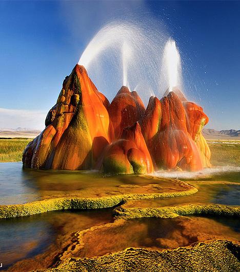 A Black Rock Desert hőforrásai, USAAz amerikai egyesült államokbeli Nevadában elterülő Black Rock Desert földöntúli hőforrásai turisták százezreit vonzzák a kietlen, sivatagi vidékre. A különféle ásványi anyagok és mikroorganizmusok miatt káprázatos színekben játszó gejzírek magántulajdonban állnak, így évente csak néhány alkalommal látogathatóak.