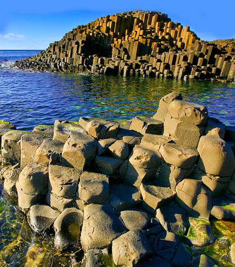 Az Óriás útja, ÍrországA Világörökség részét képező, észak-írországi Giant's Causeway hatvanmillió évvel ezelőtt keletkezett, amikor is a vulkánkitörések során hatalmas mennyiségű bazalt türemkedett e felszínre, majd, miközben kihűlt, körülbelül 37 ezer nyolcszögletű oszlopra töredezett szét. A legendák szerint azonban egy óriás harcos építette, hogy eljusson szerelméhez.Kapcsolódó cikk:3 furcsa, meghökkentő hely »