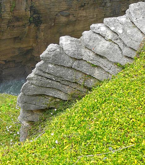 Palacsintakövek, Új-ZélandAz Új-Zéland déli szigetének nyugati partjainál található Punakaiki, mely a Paparoa Nemzeti Park szélén fekszik, úgynevezett palacsintakövei révén vált világszerte ismertté. Az erősen erodálódott mészkövekkel borított terület sziklái úgy festenek, mintha csak hatalmas adag rakott palacsinták lennének.Kapcsolódó cikk:A világ 5 legszebb nemzeti parkja »
