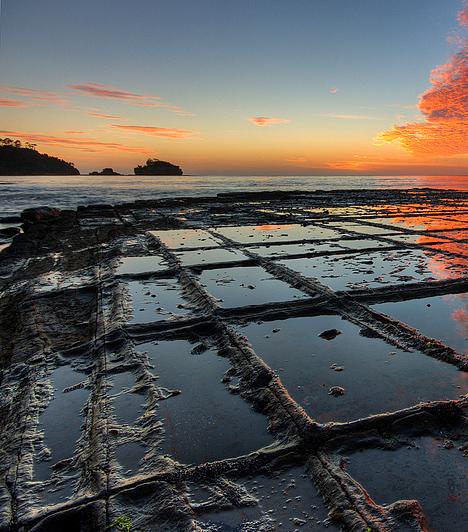 Mozaikpadló, TasmaniaA Tasmania partjainál húzódó Tessellated Pavement, vagyis a világ legnagyobb mozaikpadlója az egyik legfurcsább olyan természeti forma, mely az erózió révén jött létre. A kisebb darabkákra töredezett föld apránként omlik a tengerbe, ami a tektonikus mozgások mellett a homok és a hullámok felszínformáló erejének köszönhető.