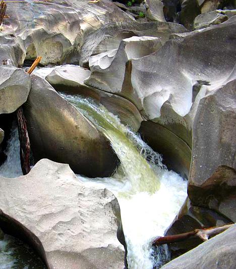 Vale de Lua, BrazíliaA magyarul a Hold völgye nevet viselő Vale de Lua természetes medencéit és sziklaformációit az itt elhaladó folyó formálta különlegesre. A Chapadánál található furcsa táj alakzatai a világ legősibb hasonló jellegű képződményei.