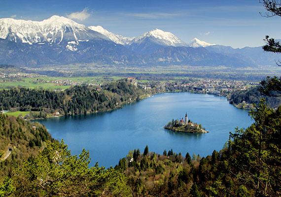 Nehéz szavakat találni a látványra, a hegyekkel körülölelt, tiszta vizű, kéklő tó fekvése egészen csodálatos.