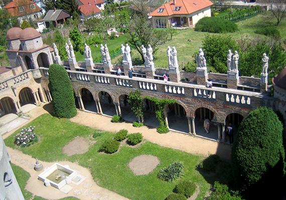 Az egykor nyári pihenőhelyként szolgáló birtokon, melyet ma a vár foglal el, eredetileg csak egy kis présház állt. Bory Jenőnek nem volt végső elképzelése az építményt illetően, az folyamatosan alakult, és foglalt el egyre nagyobb területet.