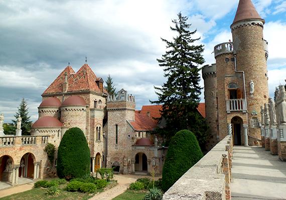 A Székesfehérvár büszkeségének számító építményt Bory Jenő építész és szobrászművész 1923-tól egészen halálig, 1959-ig építette.