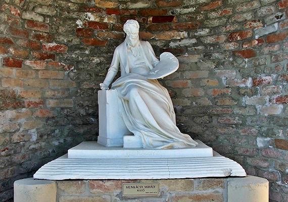 A szobrok között festők, szobrászok, nem utolsósorban pedig a magyar történelem jeles alakjai is megtalálhatók.