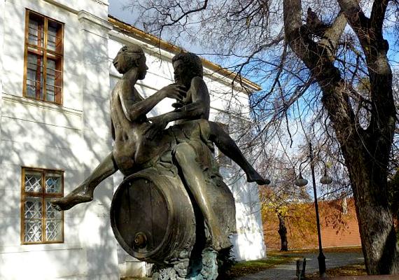 A szekszárdi Dionüszosz: Borkút is elég nagy indulatokat váltott ki a környéken élőkből, hiszen a pajzán görög istenen és vele szemben ülőn hölgyön nincs semmiféle ruha.