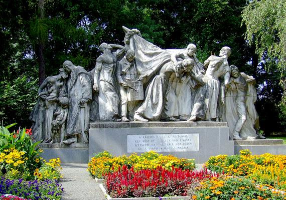 A dombóvári Kossuth-szoborcsoport viszont épphogy át akarják szállíttatni a Kossuth térre - annak ellenére, hogy a kompozíció Dombóvár városának tulajdona.