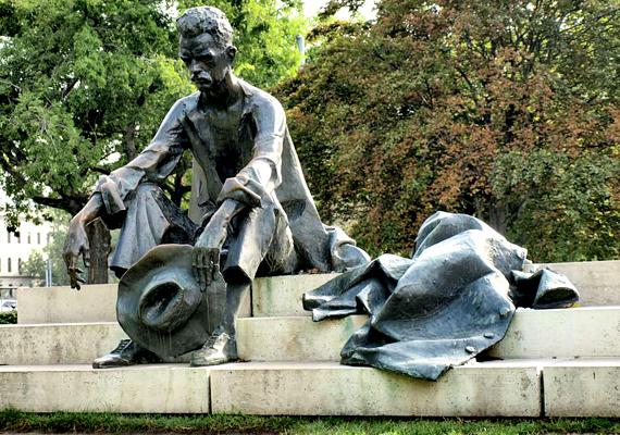 József Attila szobra a kormány Kossuth téri tisztogatása miatt került reflektorfénybe. Bár csak a Dunához viszik közelebb, a kormány célja pedig állítása szerint csupán az örömszerzés volt, nagy felháborodást váltott ki, és több demonstrációt is tartottak miatta.