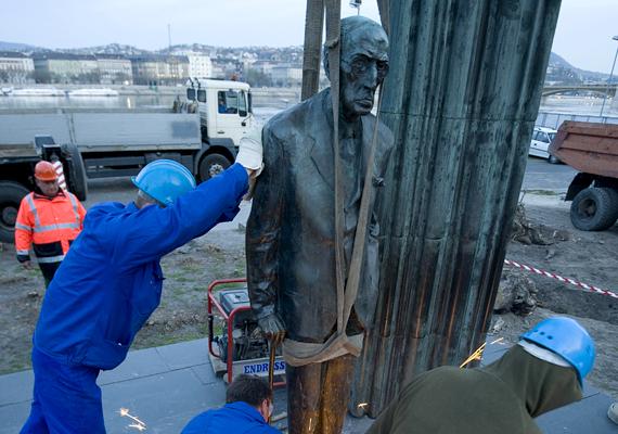 A Károlyi Mihály-szoborkompozíciót a közelmúltban távolították el a Kossuth térről, hogy helyet adjanak más, a kormány elképzelése szerinti szobroknak. A műalkotás valószínűleg Siófokra kerül.