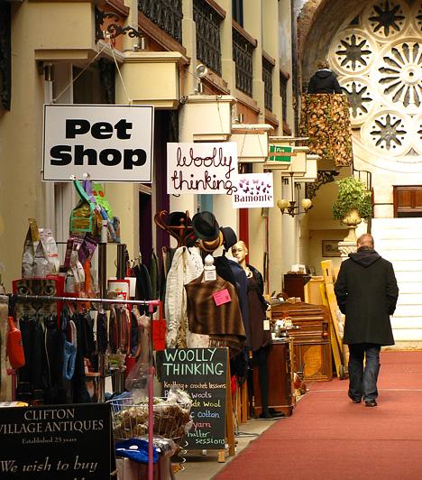A városrész központjában található hangulatos árkádok kezdettől fogva kereskedőknek adtak otthont. Ezekben ma is üzleteket találni: kézműves termékeket áruló boltocskákat, fűszerest, sajtkereskedést.