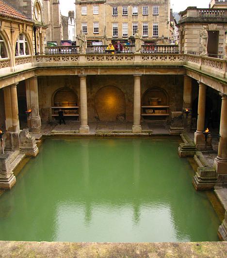 Mindössze 20 kilométerre található Bristoltól Bath városa. A város meleg vizű forrásait az ókori rómaiak időszámításunk után 43-ban fedezték fel, és hamarosan fürdőt alapítottak, majd templomot építettek mellé.
