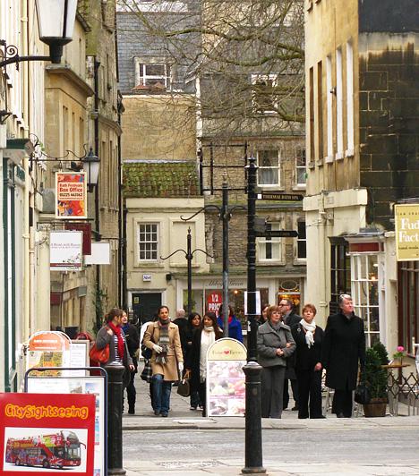 Ha valaki Bristolban vagy annak környékén jár, feltétlenül szánjon egy napot a Bristoltól közel 20 kilométerre elhelyezkedő Bath városkára. Az ókori római fürdőváros igazi gyöngyszem évszázados épületeivel és mesés utcácskáival.