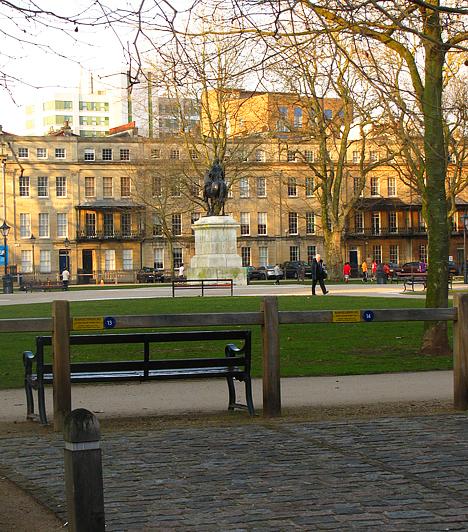 Bristol egyik legszebb része az óváros és vele a történelmi Queen Square, tipikusan angol, 17. században épült házakkal körülvéve.