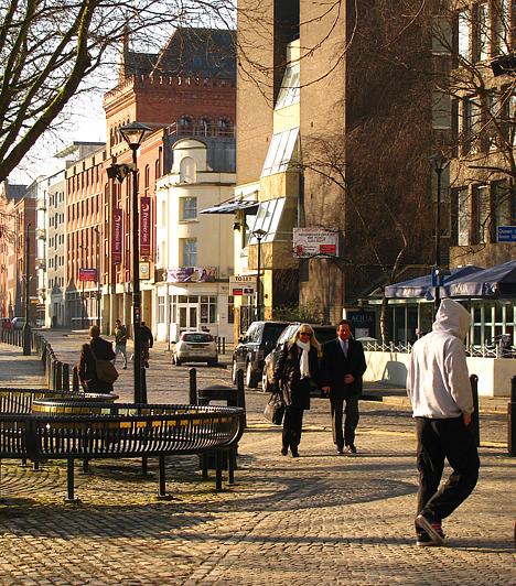 Bristolban - mint általában Angliában - egymást érik a pubok. A folyó menti utcácskákban több nagy múlttal rendelkező ivó is megbújik - közöttük a híres Llandoger Trow.