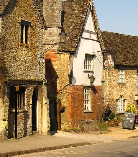Az aprócska Lacock körülbelül 30 kilométerre fekszik Bristoltól. Bár minden házát lakják, a falu a nemzeti örökség része. Ha a vidéki Anglia valódi arcára vagy kíváncsi, feltétlenül keresd fel.