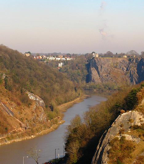 Az 1864-ben átadott, 76 méteres hídról, melyet Anglia leghíresebb mérnöke, Isambard Kingdom Brunel tervezett, páratlan panoráma nyílik a Bristolt átszelő Avon-folyó kanyonjára.