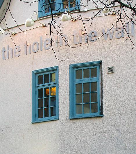 Angliában nagy hagyományai vannak a puboknak. A sötét, ízes, szénsav nélküli ale kedvelt ital - ha Angliában jársz, feltétlenül kóstold meg. Bristolban is számos pub várja a sörkedvelőket, a belváros egyik legnépszerűbbje a történelmi Hall in the Wall.