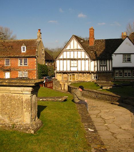 A falu azonban nem csak a Potter-filmek alkotóinak fantáziáját ragadta meg: számos film helyszíne volt már, többek között itt forgatták A másik Boleyn-lány című filmet, illetve több brit televíziós sorozatot és tévéfilmet.