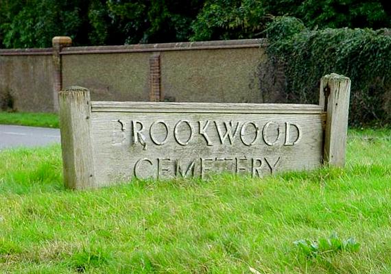 A temetőt 1854-ben nyitották meg, körülbelül 48 kilométerre Londontól.