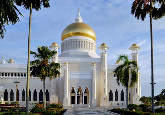 A szultanátus emblematikus látnivalója az Omar Ali Saifuddin mecset, a Távol-Kelet legnagyobb mecsetje. A fényűző, mesébe illő épület 1958-ban készült el. Legalább ilyen híres a szultáni palota is, mely a világ legnagyobb családi lakóhelye: kattints ide, és nézd meg képeken!