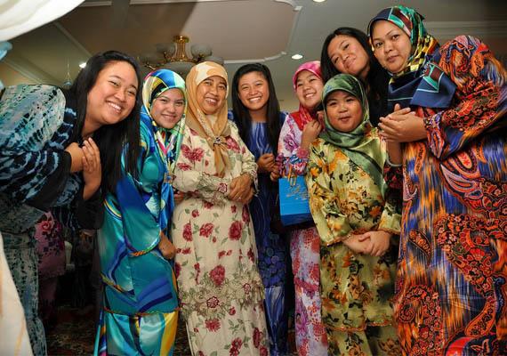 Kultúrája a maláj kultúrával szinte azonos, ám érezhető a hindu és iszlám hatás. A képen iszlám nőket láthatsz maláj nevén tudungban, vagyis színes fejsálban.