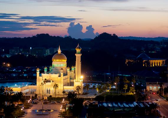 A naplementével együtt még inkább mesebeli: a képen a kivilágított Omar Ali Saifuddin-mecset látható. Az országba rengeteg utazó látogat el, és a szultán is különös hangsúlyt helyez a turizmus fejlesztésére.
