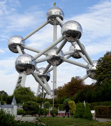 AtomiumAz Atomium egy kilenc gömbből álló építmény, mely avas kristályrácsátjeleníti meg 165 milliárdszoros nagyításban. A látványos épület az1958-as brüsszelivilágkiállításrakészült el, és annak egyik fő attrakciója volt.